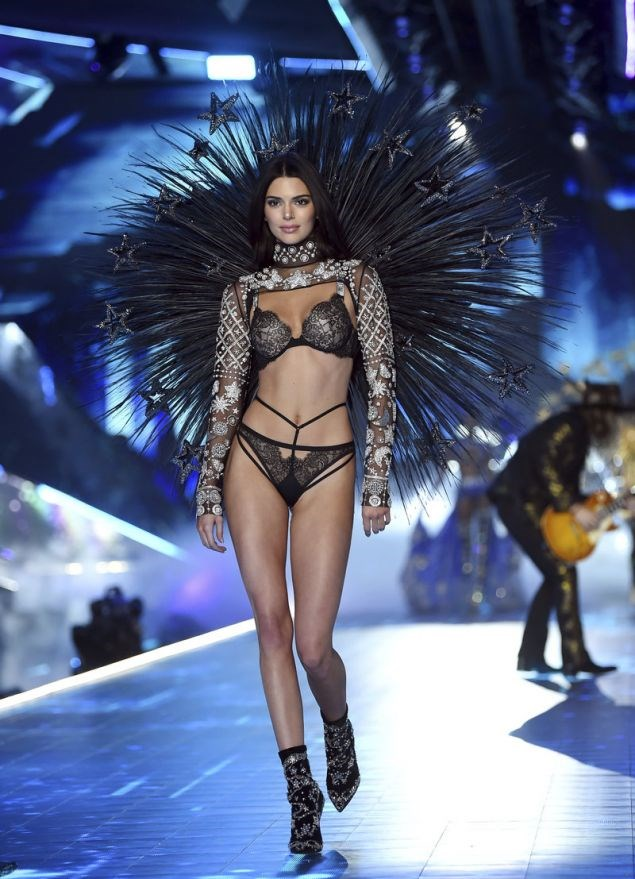 Victoria s Secret Fashion Show  H Kendall Jenner εντυπωσίασε ... 95533dbba74